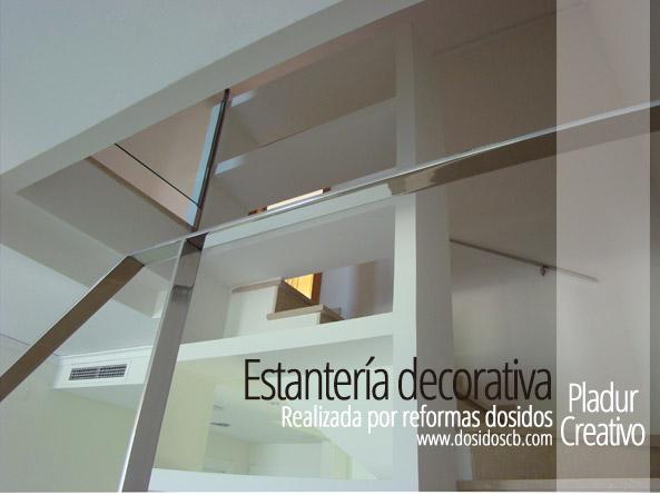 Estanteria decorativa de pladur aprovechando el hueco de la escalera varios pisos