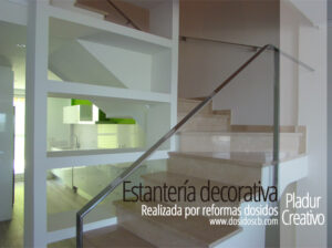 Estanteria decorativa de pladur aprovechando el hueco de la escalera
