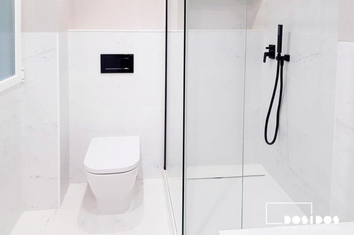 Baño con azulejos marmolizados blancos, estante hornacina, ducha extraplana playa, grifería empotrada negra e inodoro empotrado.