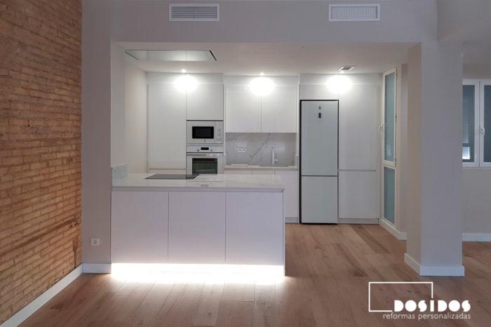 Cocina abierta con luz led decorativa ambiental en la isla, abierta al salón.