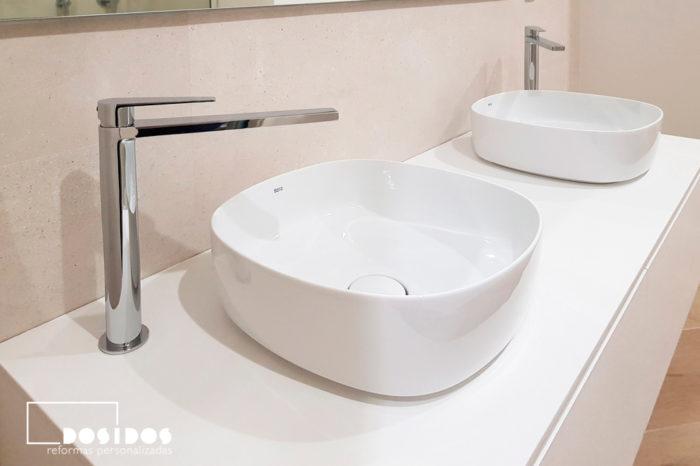 Mueble de baño suspendido con dos lavabos sobre encimera con grifo alto especial cromado.