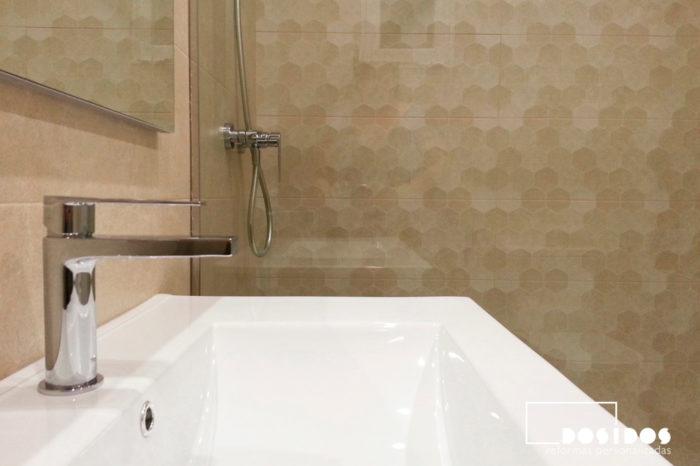 Baño moderno con azulejos en color marrón y lavabo de cerámica con el grifo cromado.