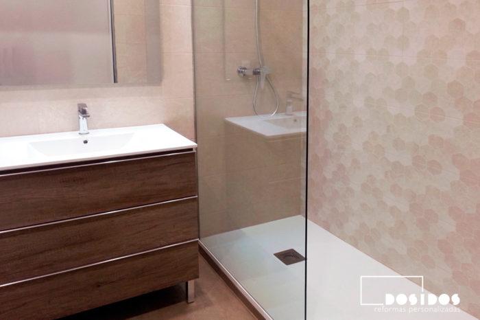 Baño pequeño moderno con mueble, lavabo y ducha extraplana.