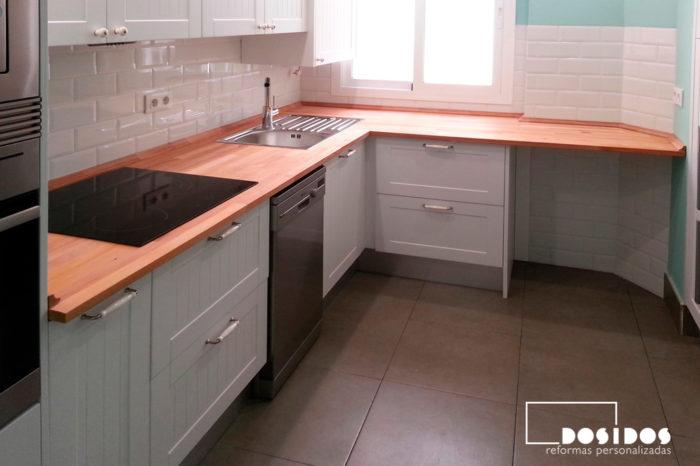 Cocina vintage blanca, pintada en color verde y suelo porcelánico color marrón.