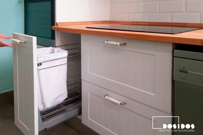 Cocina estilo vintage blanca, en los muebles accesorios interios como una parena extraible.