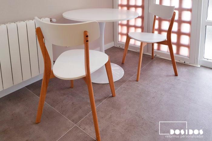 Conjunto de mesa redonda y sillas de diseño para office de cocina blanca.