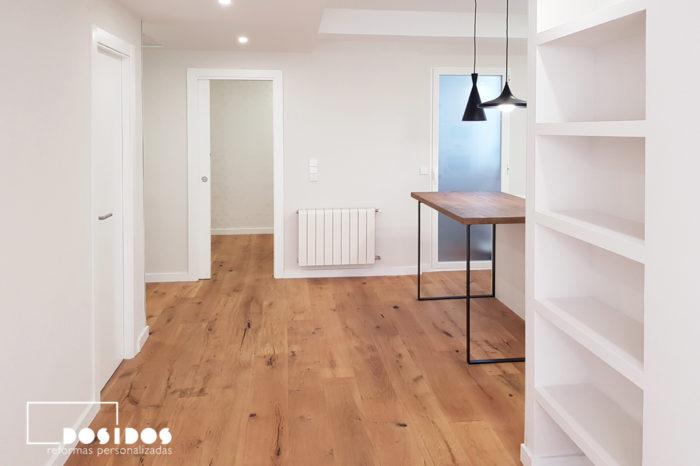 Distribuidor de una reforma integral que comunica la cocina abierta y el salón al resto de habitaciones