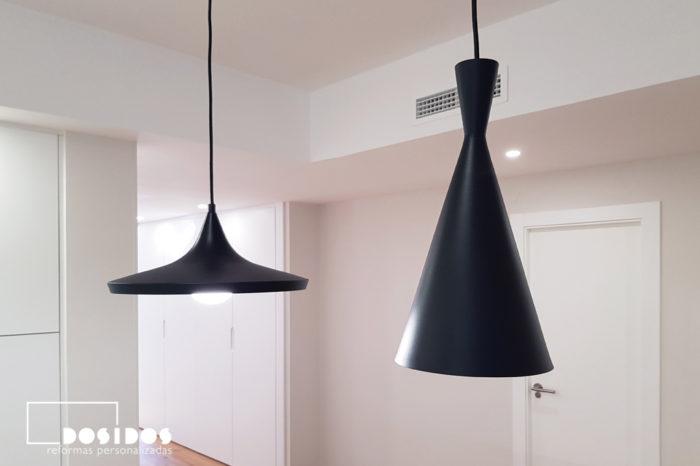 Detalle de dos modernas lámparas metálicas negras imitación al modelo dixon