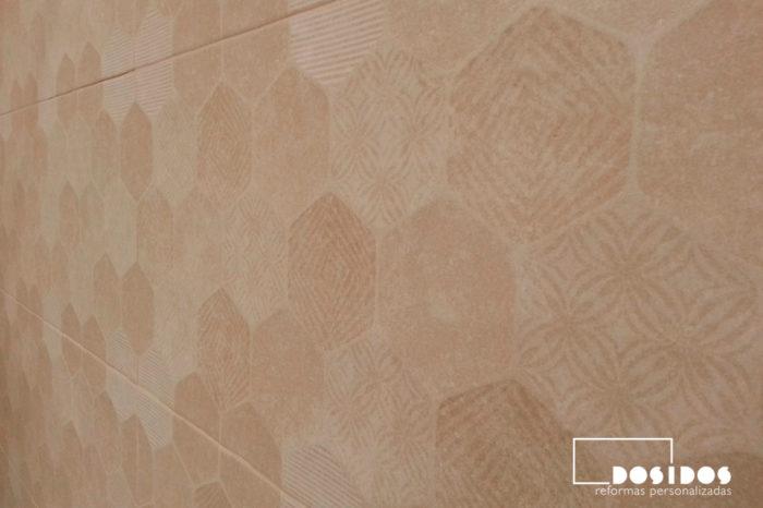 Detalle de la ducha con azulejos marrones con dibujos hexagonales