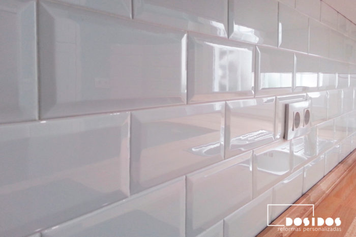 Frente de encimera de cocina con azulejos brick blancos, brillo y biselados.