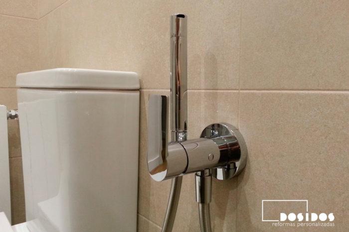 Baño moderno con grifo empotrado de bidé wc antigoteo junto al inodoro.