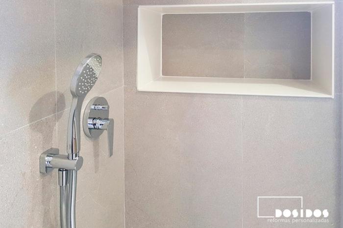 Grifo de ducha empotrado de doble vía con estante hornacina decorativo y muy útil.