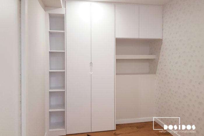 Cabezal habitación infantil con estantería de pladur, armario y papel pintado decorativo nubes