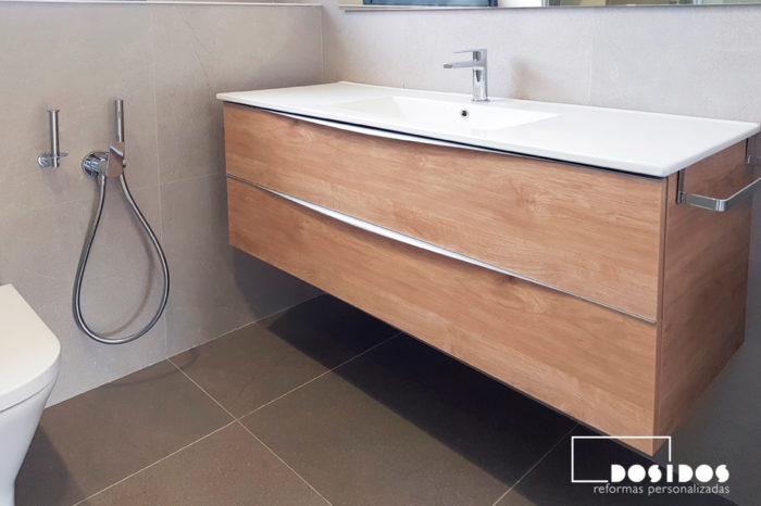 Baño completo con azulejos porcelánicos, mueble grande de madera con dos cajones y grifo de bidé wc antigoteo.