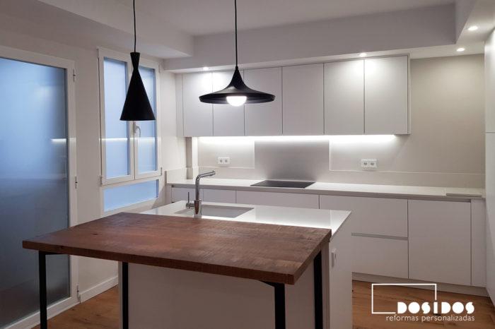 Muebles altos de cocina blanca con tira de luz led