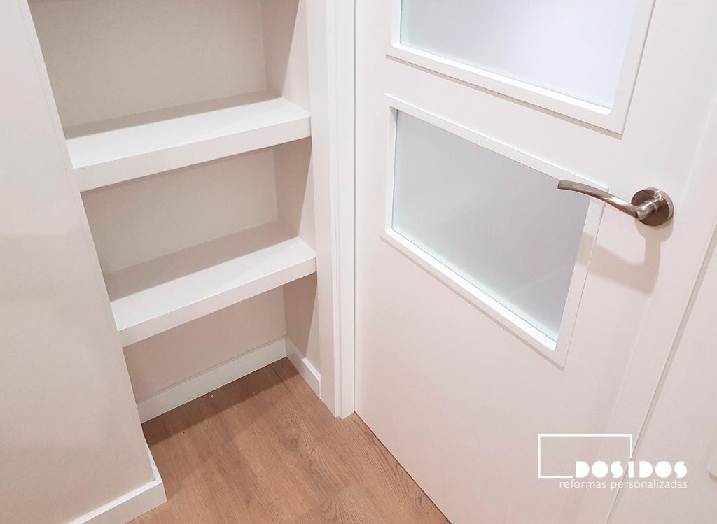 Puerta doble para salón con estantería de escayola decorativa para disimular un pilar.