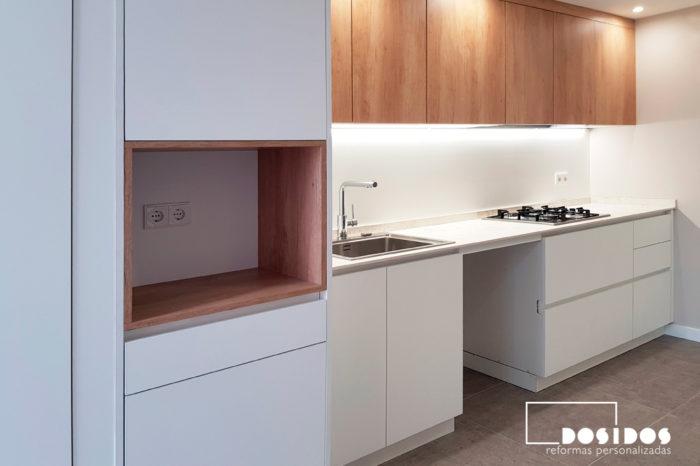 Reforma de una cocina blanca madera con espacio para office