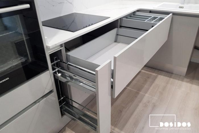 Gran almacenaje en el interior de los muebles de cocina, carro botellero extraible, grandes caceroleros y cajones interiores ocultos