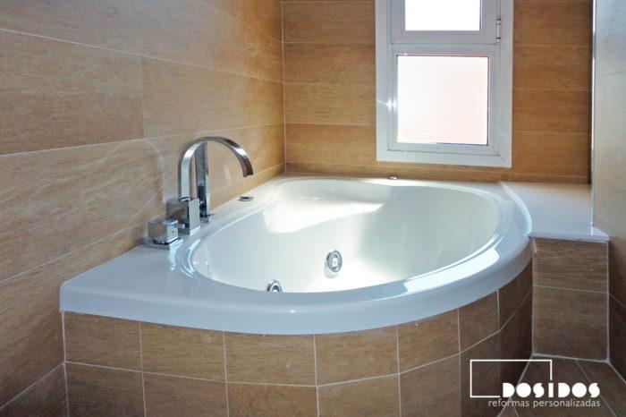 Reforma de baño alicatado con azulejo madera y bañera hidromasaje pequeña