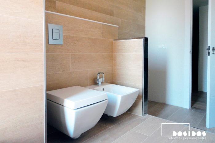 Reforma de baño alicatado con azulejo madera y sanitarios suspendidos