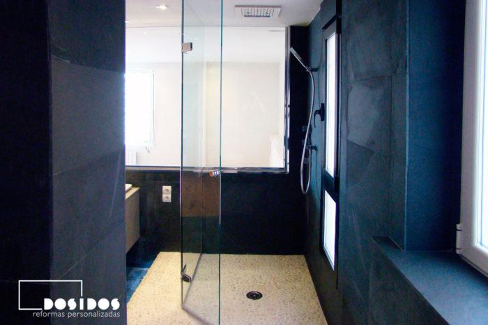 Baño negro con ducha piedra natural y mampara cristal transparente abatible