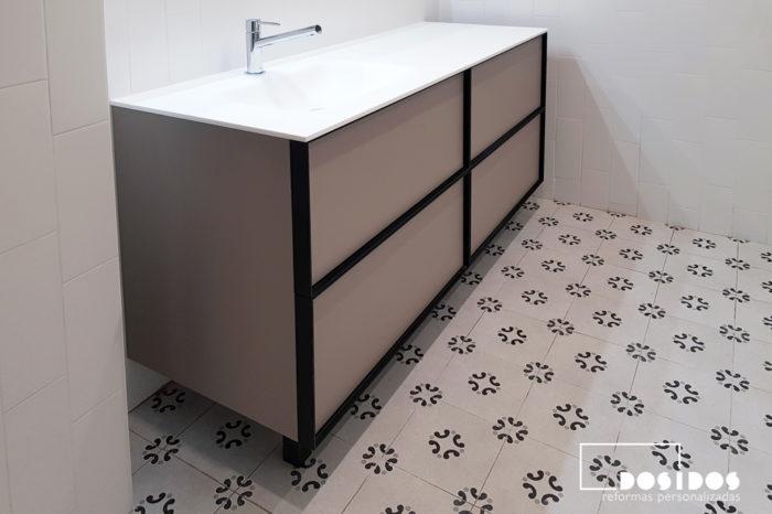 Cuarto de baño vintage, suelo con dibujos y mueble en color beige y negro