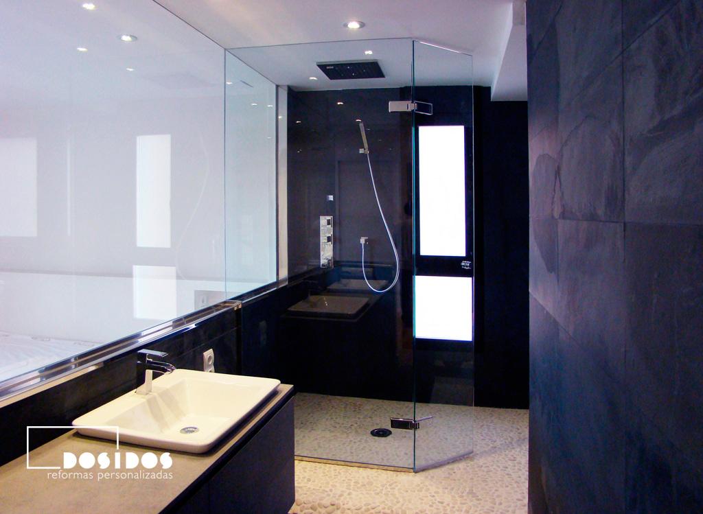 Reforma de baño suite negro con ducha piedra natural y mampara cristal transparente abatible