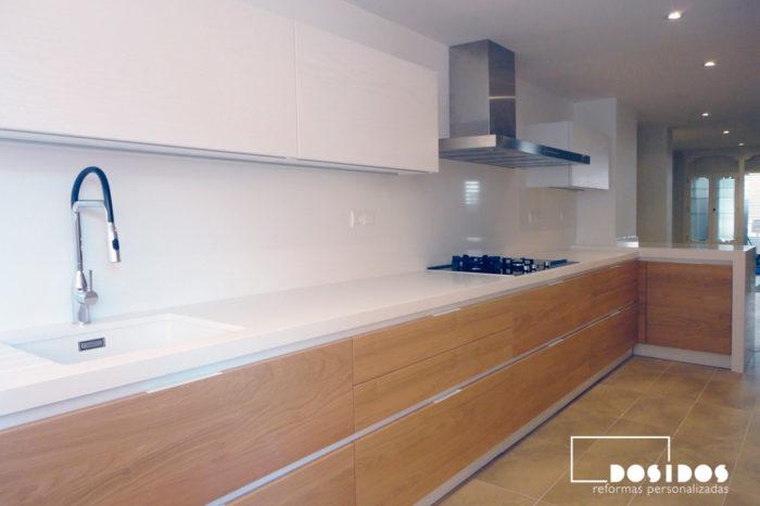 Cocina abierta en L muebles madera y blanco con encimera blanca