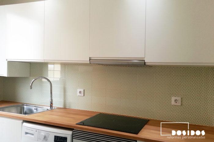 reforma de cocina pequeña, muebles blancos, encimera de madera y azulejos verdes molinillo.