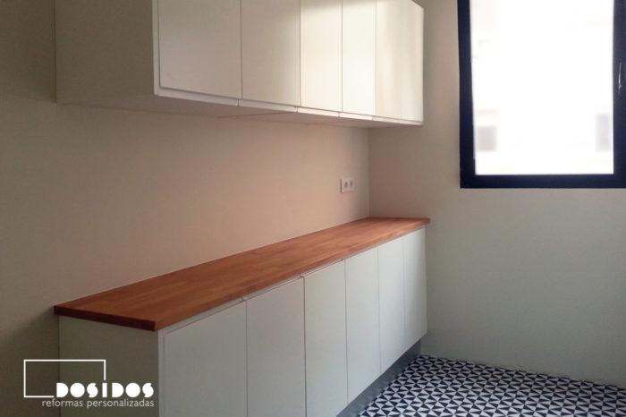 Mueble de cocina blanco con encimera de madera. Suelo vintage azulejos negros y blancos