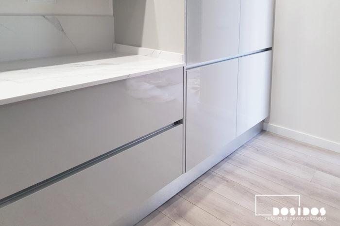 Detalle del gran almacenaje en el interior las columnas de los muebles de cocina en color gris. Puertas con sistema de apertura Gola