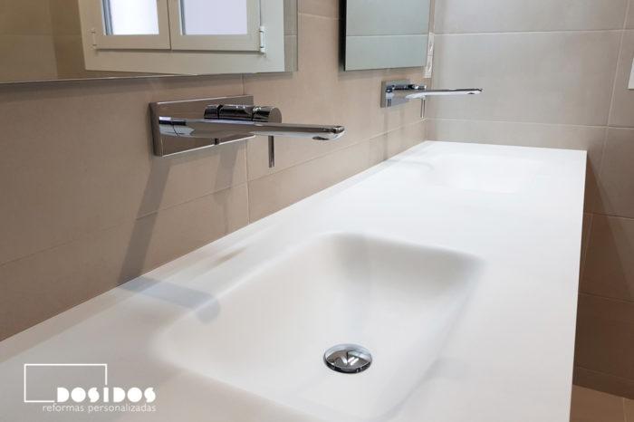 Detalle de dos lavabos fabricados en krion con grifos a pared y 2 espejos.