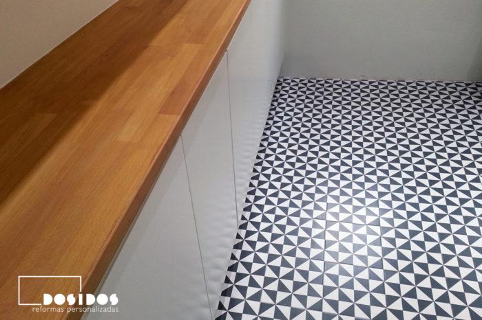 Mueble de cocina almacenamiento con encimera de madera. Suelo vintage azulejos negro y blanco