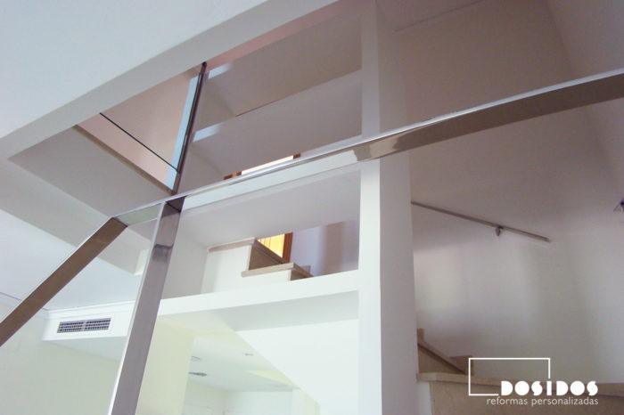 Detalle de la estantería de escayola realizada en el hueco de la escalera.