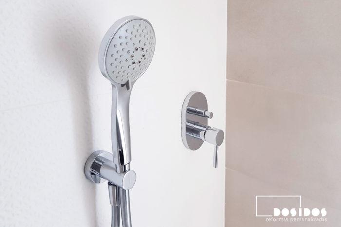 Detalle del grifo de ducha empotrado a pared cromado y rociador con cinco posiciones efecto masaje