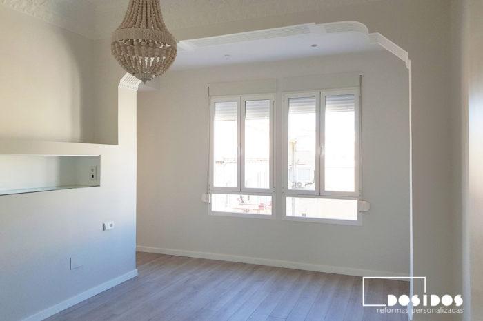 Habitación de matrimonio donde vemos el tabique cabezal con estante, conservando los techos altos con molduras.
