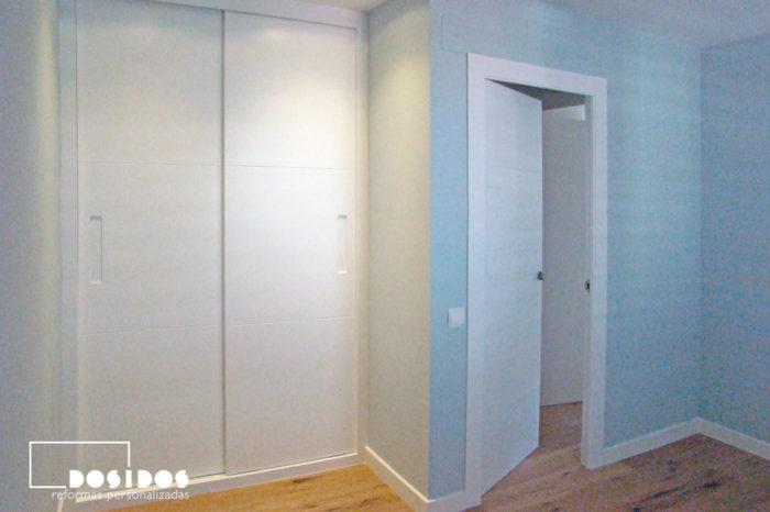 Habitación infantil azul con armario blanco