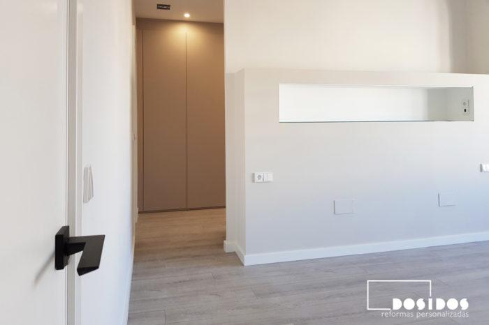 Puerta de entrada a la suite, detalle del cabezal con estante de la habitación de matrimonio con entrada al vestidor y al baño