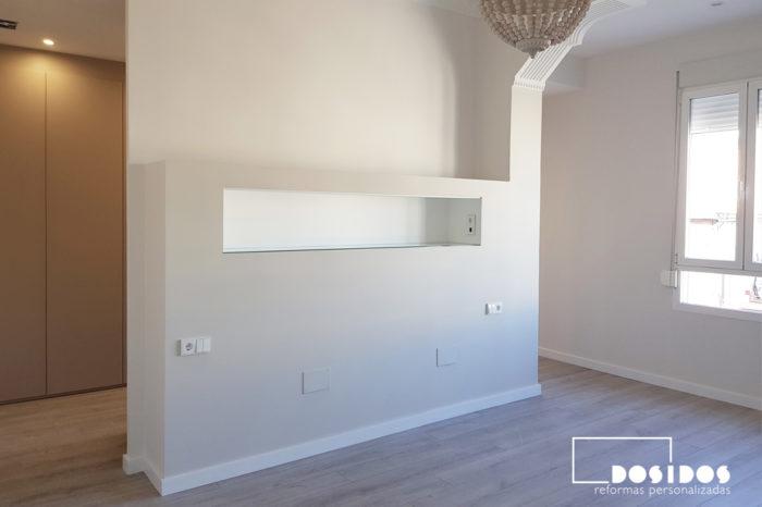 Tabique cabezal con estante de la habitación de matrimonio con dos entradas laterales al vestidor cerrado con puertas cachemir