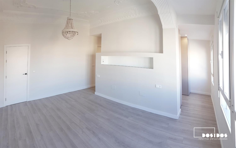 Reforma de una habitación de matrimonio en suite donde vemos el tabique cabezal con estante y dos entradas laterales al vestidor cerrado con puertas