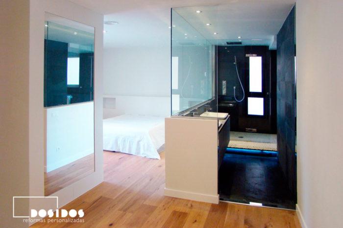 Reforma de habitación suite con baño negro y ducha con separación de cristal