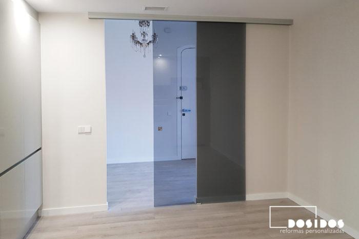Puerta corredera exterior cristal gris / ahumado con uñero cuadrado cromado. Cocina