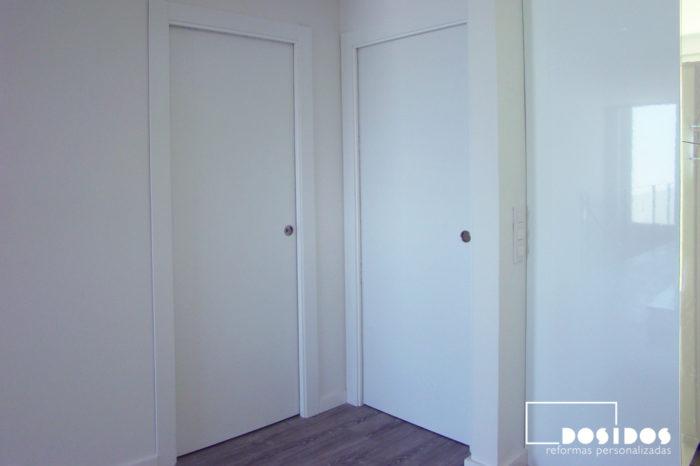 Dos puertas blancas lacadas correderas interior para habitación y baño.