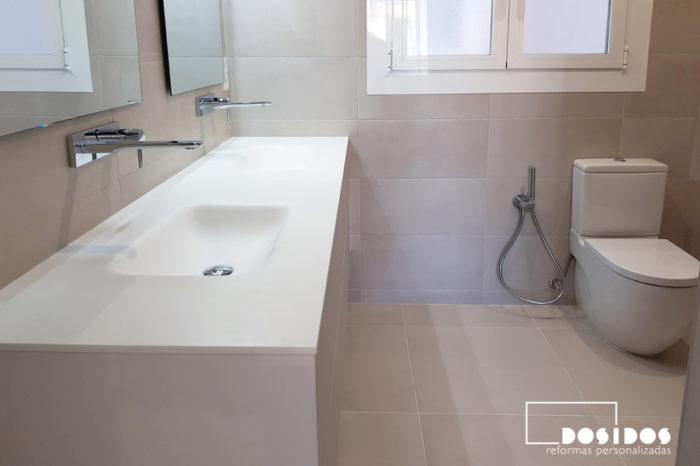 Reforma de cuarto de baño moderno, azulejos topo, mueble de baño con dos lavabos fabricados en krion con grifos a pared. Grifo wc bidé