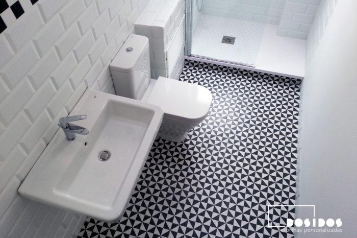 Reforma de un baño vintage con inodoro, lavabo y ducha con azulejos blancos biselados y negro dibujos mate.