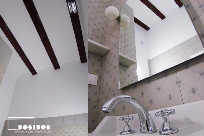 Detalle de lavabo de porcelana retro con Grifo bimando vintage cromado. Vista del techo alto con vigas de madera.
