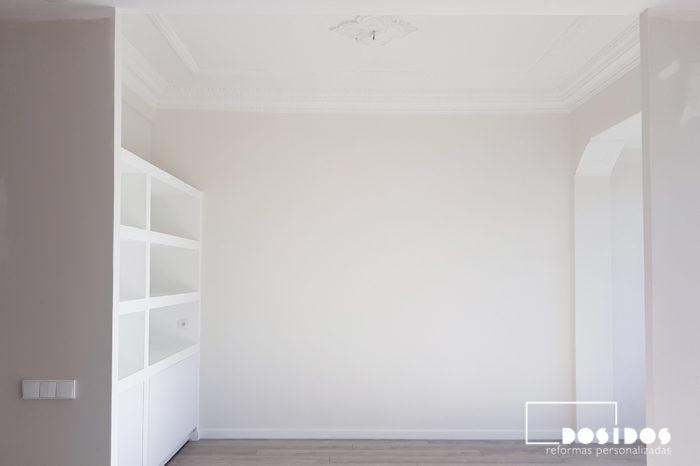 Vista general del comedor en una reforma integral, donde se ha colocado una estantería de escayola a medida con puertas abajo.