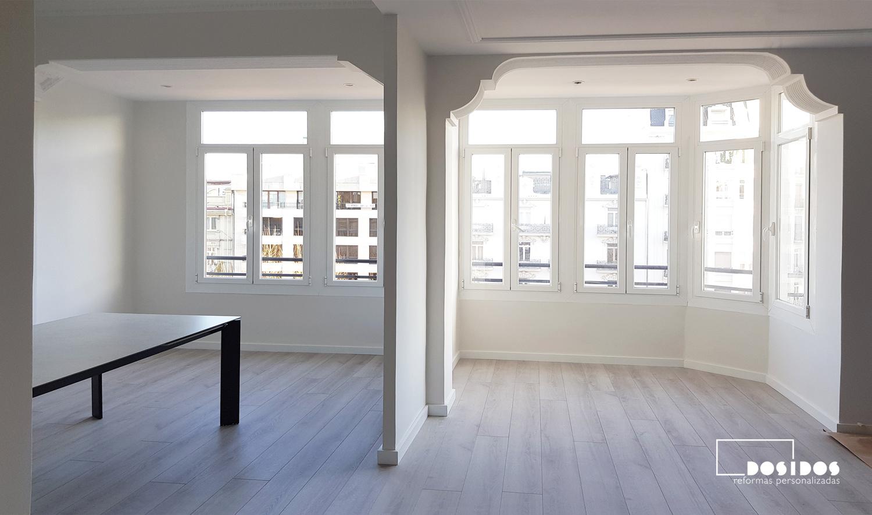 Reforma apertura de tabique salón comedor y la rehabilitación del techo de escayola con moldura en el mirador del salón