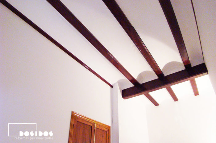 Detalle del techo alto con vigas de madera.