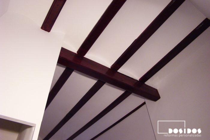 Detalle del techo alto con vigas de madera, rehabilitadas de carcoma.